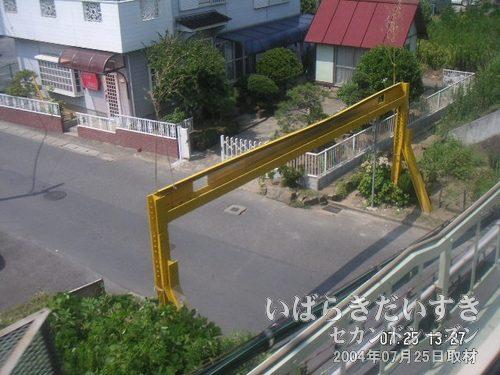 土浦のびっくりガード<br>まもなく土浦駅、というところで、左手下に見える「高さ制限」のガードです。