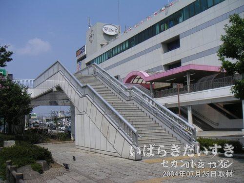 土浦駅西口ロータリーの広場<br>土浦駅西口のバスロータリーの真ん中には、小さな公園のようなスペースがあります。