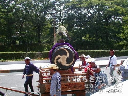 大太鼓を載せた山車<br>太鼓を叩く者もおらず、押して進行。