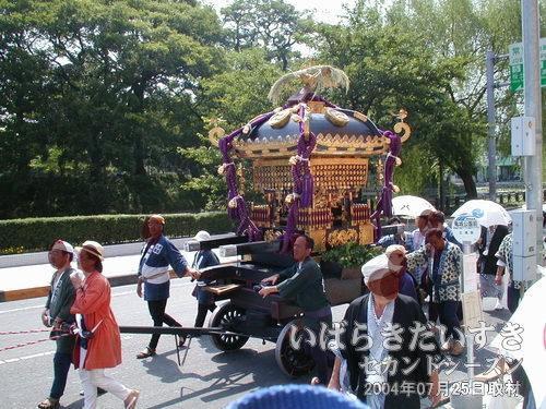 御神輿<br>神輿を担がず、山車に乗せて進行します。