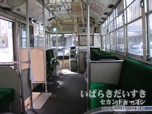 真壁行きのバスの中<br>床が木製のバス。油のにおい?が独特です。首都圏では床が木製のバスは見かけなくなりました。