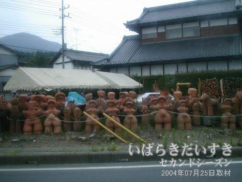 埴輪集団<br>真壁は石材で有名ですが、埴輪も有名なのかしら ?(´・ω・`)。バスの中から撮影。