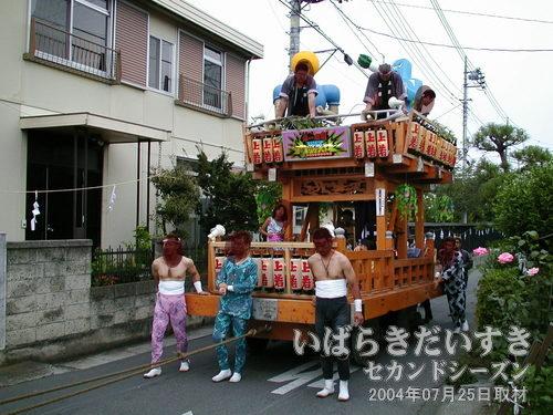 「上宿町」の山車<br>曳かれていた綱の先には、「上宿町」の山車がおりました。舞台がせり出しているのが真壁風?でおもしろい。