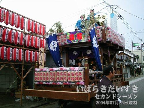 「高上町」の山車<br>「新撰組」の人形が、山車上部に設置されています。