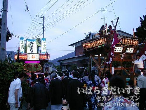 新宿町の山車とすれ違う<br>真壁の山車は動きに小回りがきいて、山車同士のすれ違いも容易に行なえます。