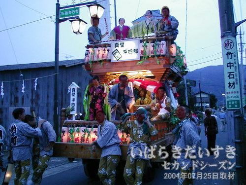 仲町の山車がついてきた<br>高上町の山車の後ろに、いつのまにか仲町の山車がついてきていました。
