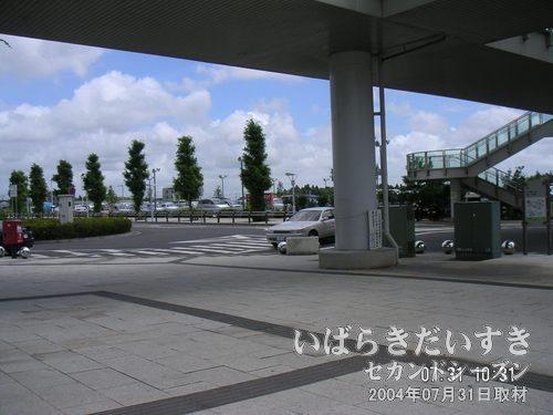 ひたち野うしく駅 東口<br>つくばセンターに向かうバスを含め、ひたち野うしく駅のバス発着場は東口にあります。