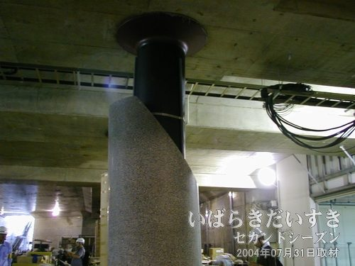 柱の上部<br>この柱の斜めのカッティングが、意匠なのか、それとも工事中なのか。完成を待ちましょう。