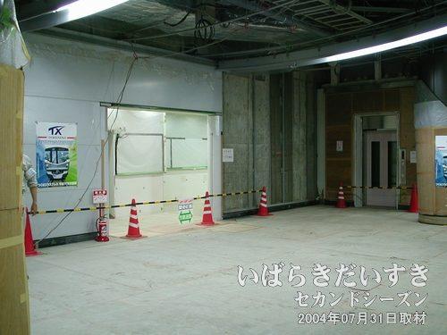 トイレとエレベーター<br>写真中央には洗面所が入り、右手奥にはホーム階へ通じるエレベーターがあります。