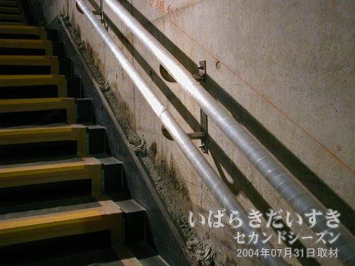 階段の手すり<br>手すりは仕上げレベルだろうけど、壁面はこのまま打ちっ放しなのか、表面に加工されるのか、そう言うのが気になります。