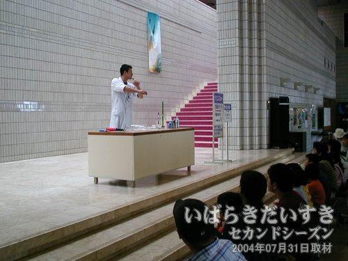 サイエンスショー<br>「飛ぶのはどちら?」と称して、ゴム風船を使った実験を行なっています。