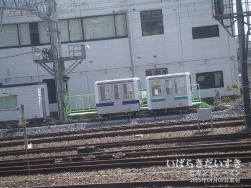 【 夢の連結 E231+E531 】<br>水戸駅の線路にて、ミニ電車が遠くに見えます。イベントで使われるものかしら?