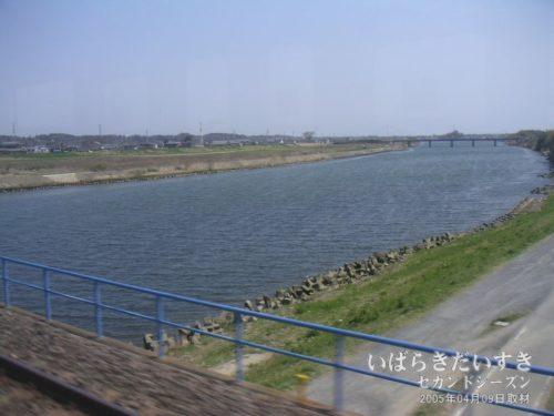 【 那珂川を通過 】<br>水戸駅を出ると、大きな川を横断します。常磐線の撮影ポイントでもあります。