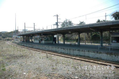 【 日立電鉄線 大甕駅ホームを眺める 】<br>JR大甕駅ホームから、日立電鉄線のホームを眺めます。日立電鉄線が廃線になったとは思えません。