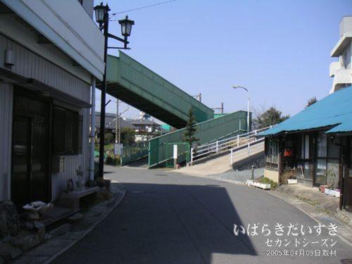【 大甕駅前の商店街を歩く 】<br>常磐線と日立電鉄線をまたぐ陸橋がありますので、線路を横断してみます。