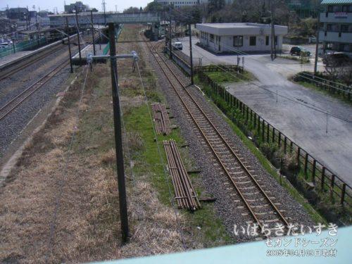 【 陸橋から大甕駅方面を眺める 】<br>写真右手が日立電鉄線のレール。左手は常磐線のレールになります。