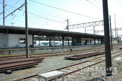 【 日立電鉄線 大甕駅のホーム全体 】<br>日立電鉄線のホームには、電車はもう停まりません。