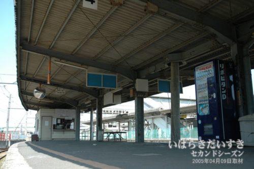 【 日立電鉄線 大甕駅ホームを下から望む 】<br>なんだか、今にも日立電鉄線の車両が入線してきて、お客さんがホームに入って来そうです。