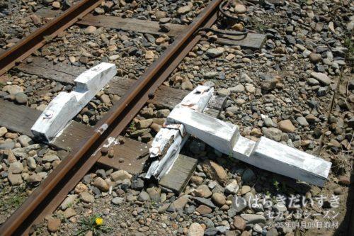 【 車輪止め 】<br>レール側にパタンと倒して、車両の進入を防ぎます。木製で、触るとガタがきています。