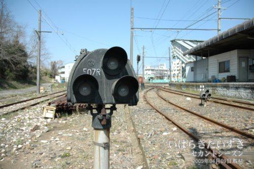 【 入換信号機 】<br>車両を車両基地などに入れる際、無誘導で行えるようにするための装置。