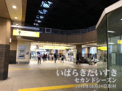 TXみらい平駅 駅構内から改札を望む