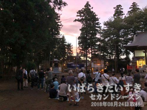 綱火の舞台前で、開演を待つ来場者たち<br>綱火が始まる19時近くになると、もっと多くの来場者で賑わいます。