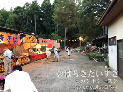 高岡愛宕神社入り口には、出店が出ている。