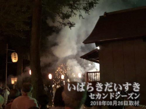 高岡愛宕神社拝殿前で、賑やかに花火を灯します。