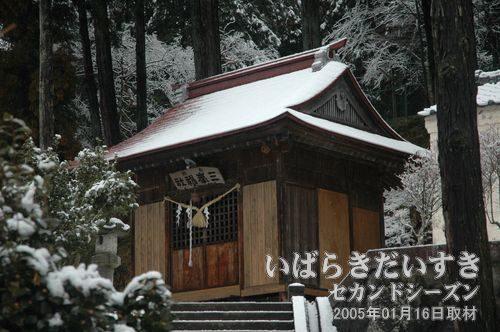 十二所神社の同じ敷地内、向かって左手にある三峯神社。三峯山との関係性はいかに。