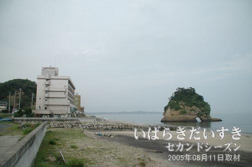 二つ島(二ツ島)の大きい島<br>左手の建物は磯原シーサイドホテル。2005年08月撮影。