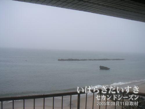 二つ島(二ツ島)の小さい島<br>磯原シーサイドホテル客室から2005年に撮影。2011年03月11日の東日本大震災の津波により、こちらの小さい方の島は消失してしまいました。
