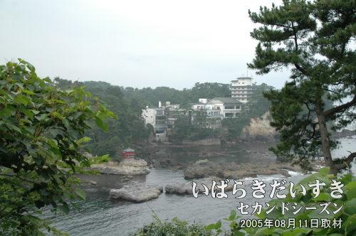 五浦御崎公園から望む、六角堂(2005年08月撮影)<br>眼下に見えるのは、五浦海岸の初代六角堂。