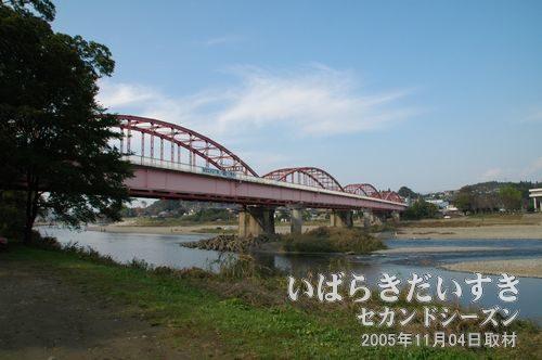 那珂川大橋<br>河原では釣りを楽しむ人の姿もあります。すぐ近くにはキャンプ場もあり、賑わいます。