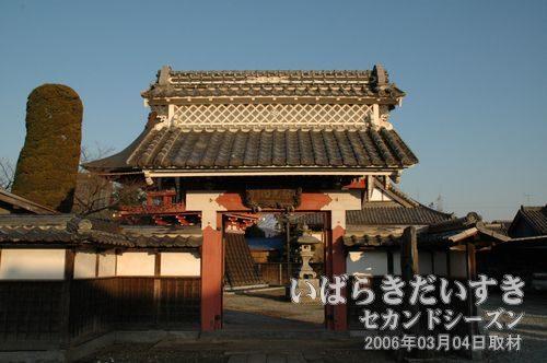 慶龍寺_表御門(表門)<br>土浦藩の土屋政直が寄進しました。
