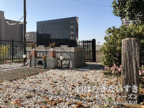 常磐線土浦駅 列車三重衝突事故 慰霊碑<br>上り常磐線で佐久良川を渡りきった右手に、列車衝突事故の慰霊碑があります。