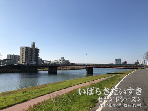 桜川堤〔茨城県土浦市有明町〕<br>霞ヶ浦土浦入り方面から桜川上流を眺める。