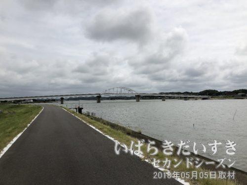 鉾田方面から北浦、鹿行大橋を望む