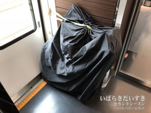 特急ときわ 社内 輪行自転車。水戸駅までこちらの扉は開かない。