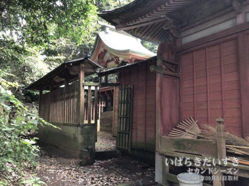 神社(神殿側)がちょっと荒らされている。