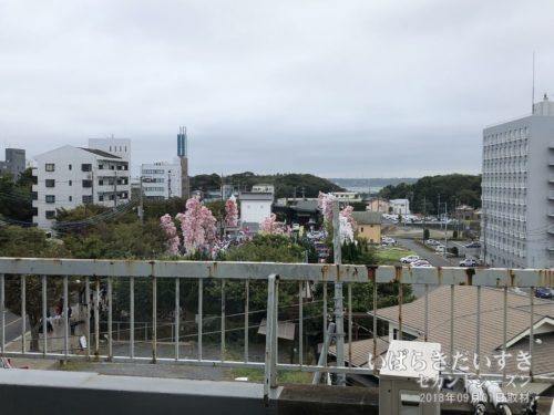 【 ホテルがんけの窓から「提灯まち」の準備風景が見える 】<br>あの駐車場を起点に、提灯まちは鹿島神宮へ奉納を行ないます。