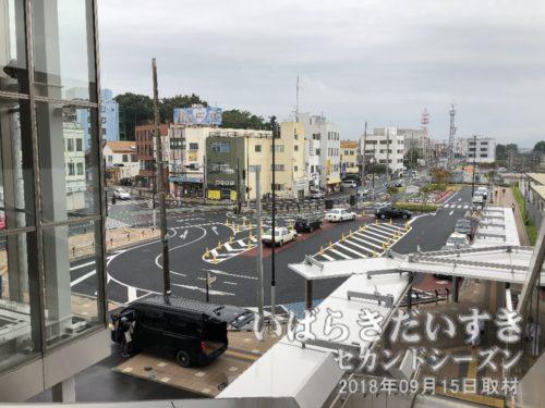 常磐線 石岡駅(東口)<br>駅周辺はまだ、日常生活モード。それにしても、石岡駅の改築が完了し、とても良い駅と駅周辺になったと思う。