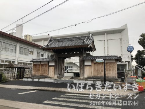 陣屋門 〔茨城県石岡市総社〕<br>石岡市民会館の敷地道路に面して建つ、陣屋門。平成25年から26年にかけて移築解体改修工事がなされました。県指定重要文化財。