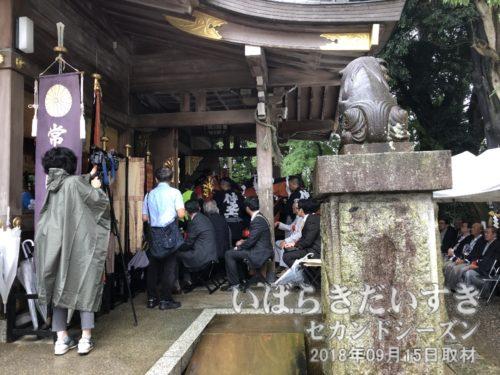 例祭(神幸祭)は10時からだった<br>09時からだと思っていた例祭は、10時開始だった。写真は仲之内町が舞を奉納しているところ。