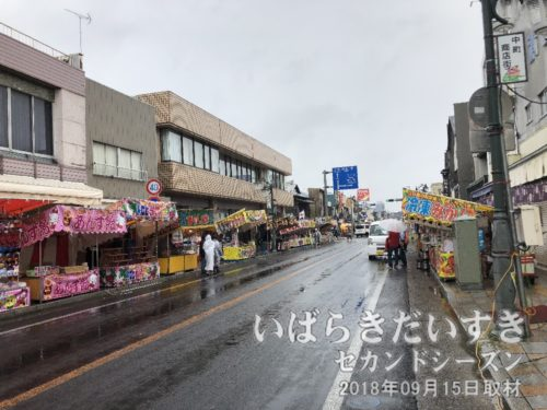 雨の中町通り。お祭り準備中。