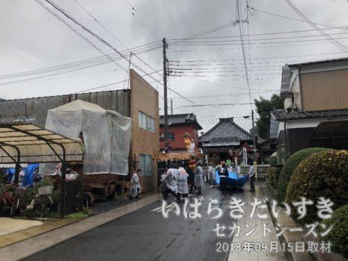 冨田町公民館付近が賑わっています。