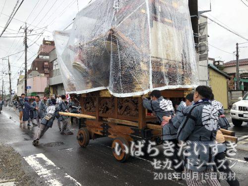 稲荷神社から、金丸町の山車が出発。