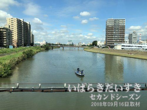 常磐線で桜川を渡ると、土浦駅。