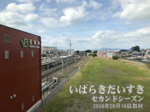 石岡駅駅舎内から、鹿島鉄道鉾田線跡を望む<br>新しくなった石岡駅の駅舎には東西通路があり、かつての鹿島鉄道鉾田線の跡地を上から望むことができます。