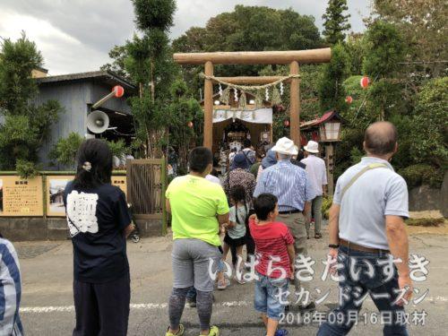 幸町の會所前にある御仮屋<br>年番町の會所前に、仮殿が組まれます。参拝される方々で、行列ができています。