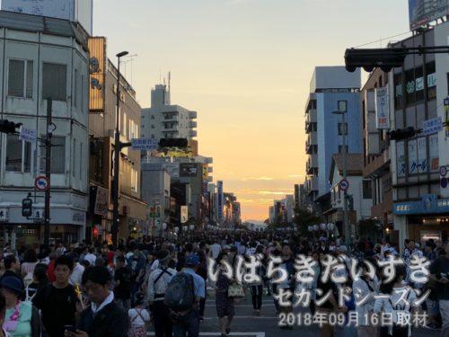 夕焼けの中、山車行列が始まります<br>御幸通り(八間通り)では、山車行列が始まります。